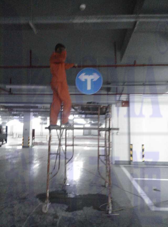 广州燕子岗体育馆地下停车场交通设施工程施工反光指示标识牌安装