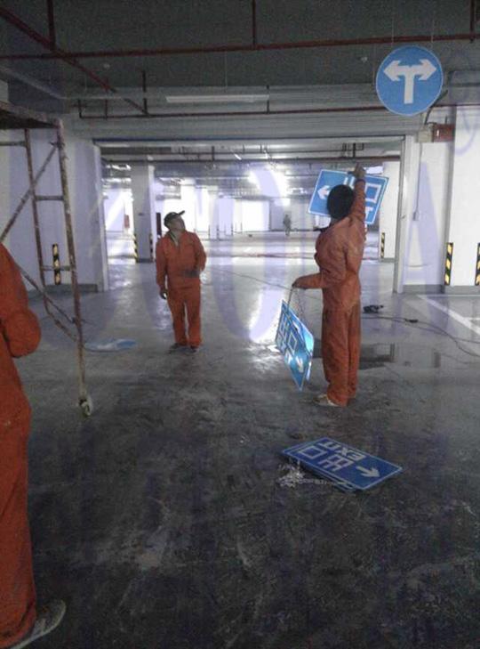 广州燕子岗体育馆地下停车场交通设施工程施工反光标识指示牌安装